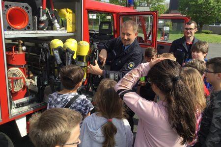 """""""Wasser marsch!"""" Feuerwehrkameraden zu Gast in der IGS"""