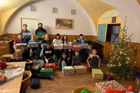 Liebevoll gestaltete Weihnachtspäckchen für Kinder in Tschechien