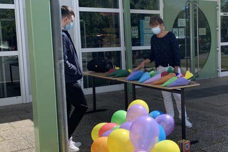 Zuckertüten, Luftballons und Musik: Eltern überraschen Abschlussschülerinnen und -schüler